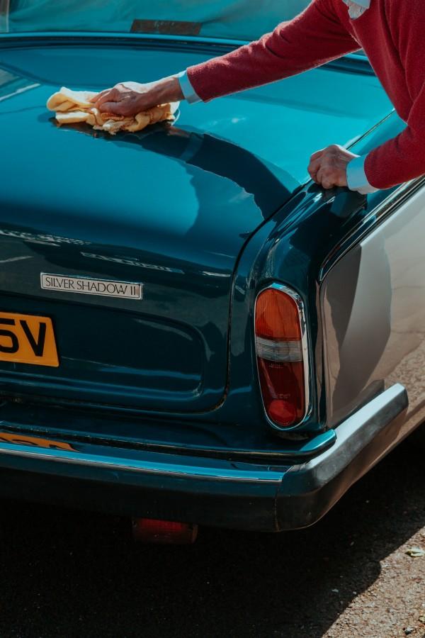 Rydd opp i utstyr til bilen som vaskemidler, olje, vindusspylerveske ol.