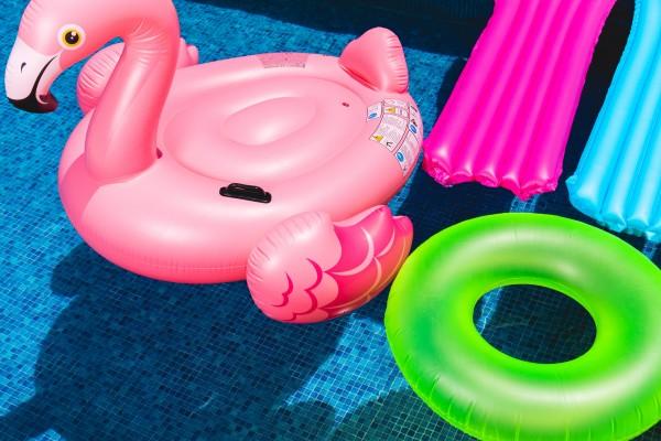 Om du har barn, selv om de er flyttet ut, kan det tenkes at det et eller annet sted finnes både dykkemasker, baderinger og andre badeleker oppbevart i garasjen din. Dagens oppgave er å få orden og system i badeleker og badeutstyr.   Som vanlig starter du med å lete fram og få oversikt over det du har.   Mange av oss både glemmer og har mistet oversikten over alt vi har og ender opp med å kjøpe nytt når vi drar på stranda eller på ferie. Noen av oss, slik som meg selv, kan finne på å glemme badeutstyret hjemme når vi drar på ferie. Jeg kan love deg at det ikke er greit å være på ferietur med fire barn og ha glemt igjen dykkermasker og snorkler når det er uendelig med bademuligheter. Det er derfor slettes ikke vanskelig å ende opp med både dobbelt og trippelt av baderinger og dykkermasker om du ikke har fokus og oversikt.   Når du har lett fram alt du du finner av baderinger, armringer, snorkler, dykkebriller, dykkemasker, plaskebasseng, pumper, sklimatter, lekehover, lekefiskestenger, vannpistoler, vannleker, flytemadrasser ol. er du klar for sortering.   Kast alt som har fått mugg og jordslag som ikke lar seg rengjøre skikkelig. Kast alt med hull som ikke lar seg blåse opp igjen. Kast alt med morkne strikk og gummi rundt maskene og brillene. Kast alt som ikke lenger er i bruk og ingen egentlig har så veldig lyst til å ta i bruk.   NB! Det meste av badeleker er i plast eller gummi. Husk at dette skal sorteres og håndteres riktig når du kaster det.   Lag deg en fast plass i garasjen eller kjellerboden hvor du oppbevarer alt innenfor denne kategorien. Bruk kroker på veggen, bokser, kasser eller nett. Husk at tette plastkasser kan ødelegge tingene om du legger de ned før de er tørre.